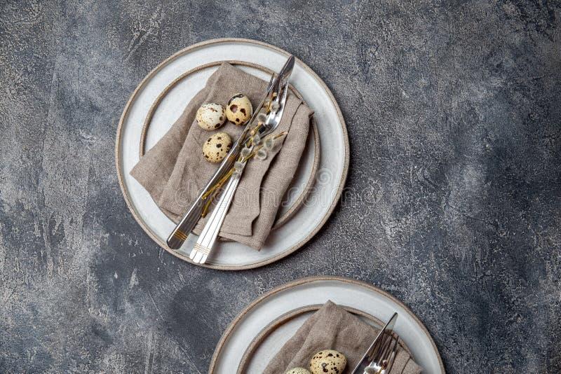 tavola di Pasqua con uova di quaglia vista dall'alto fotografia stock