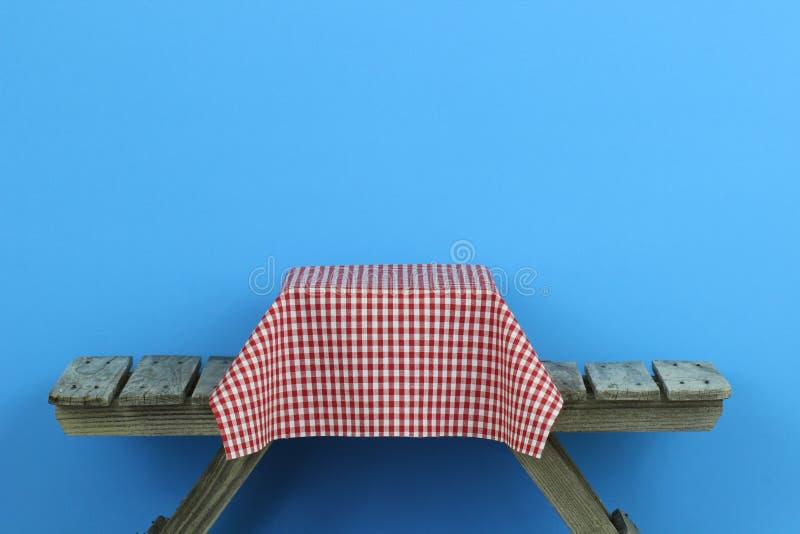Tavola di picnic con la tovaglia rossa del percalle fotografie stock