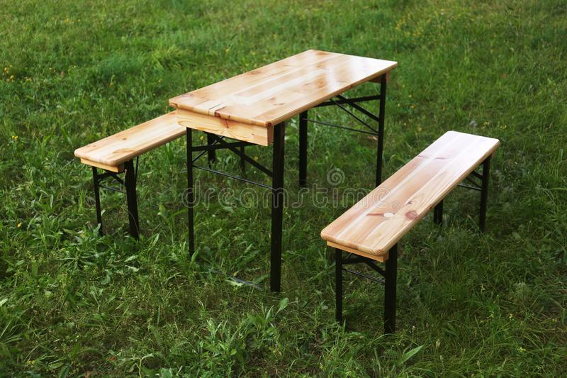Tavola di picnic di legno con i banchi fotografie stock