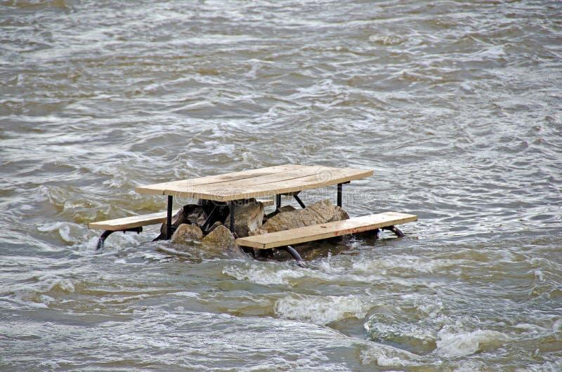 Tavola di picnic nelle rapide del fiume fotografie stock