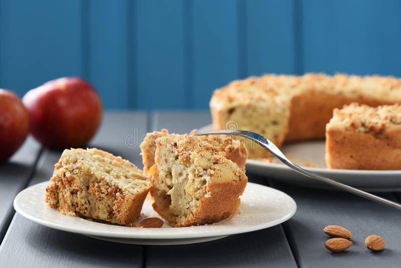 Tavola di tè con il dolce casalingo della mandorla e le mele fresche fotografia stock libera da diritti