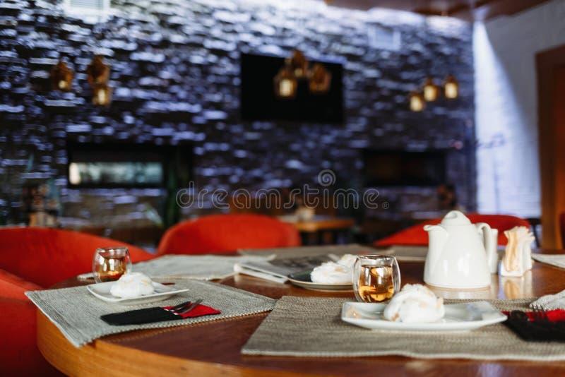 Tavola di tè sui precedenti di una parete porpora immagini stock libere da diritti