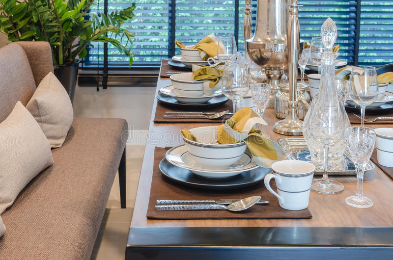 Download Tavola Dinning Di Lusso Con Il Sofà Immagine Stock - Immagine di silverware, bevanda: 55363659