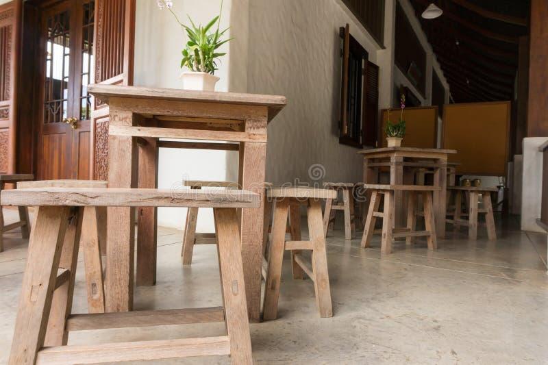 Tavola e sedia di legno immagine stock