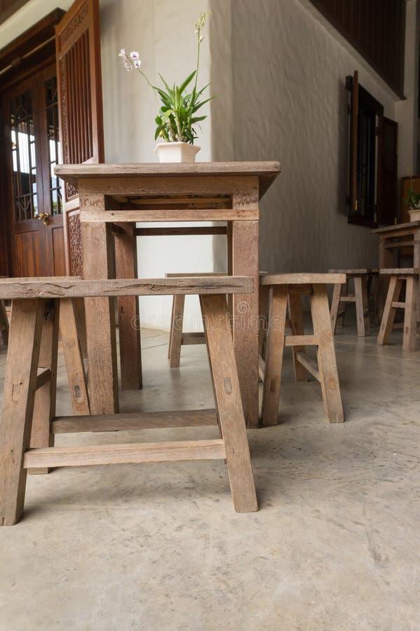 Tavola e sedia di legno fotografia stock libera da diritti