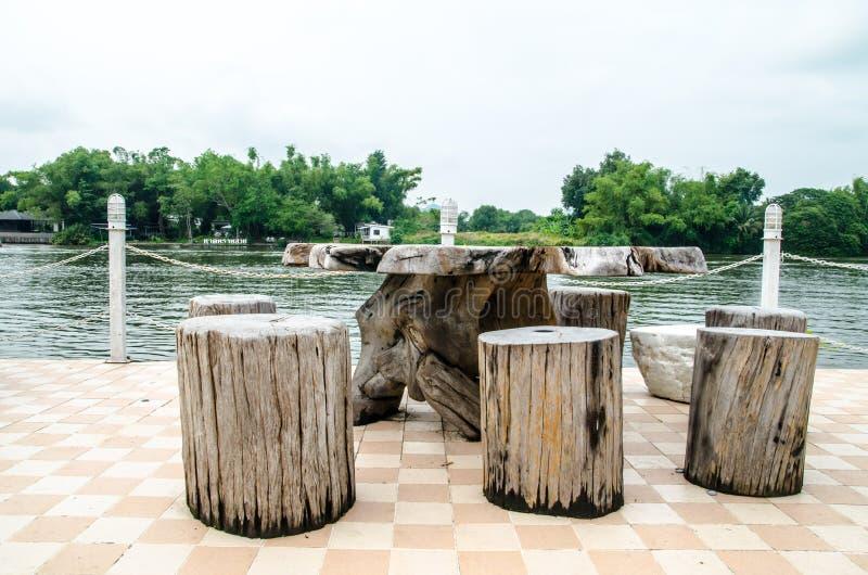 Tavola e sedie di legno sul balcone fotografia stock libera da diritti