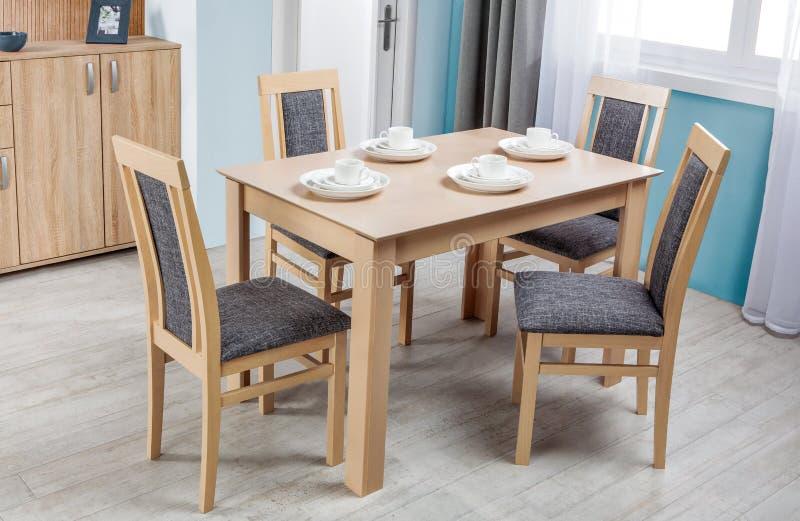 Tavola e sedie dinning di legno semplici nell'interno - studio immagine stock libera da diritti