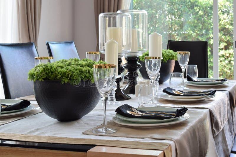 Tavola elegante messa nella sala da pranzo moderna di stile immagini stock libere da diritti