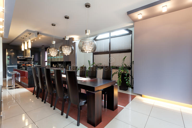 Nuove cucina e sala da pranzo enormi fotografia stock for Stanza da pranzo moderna