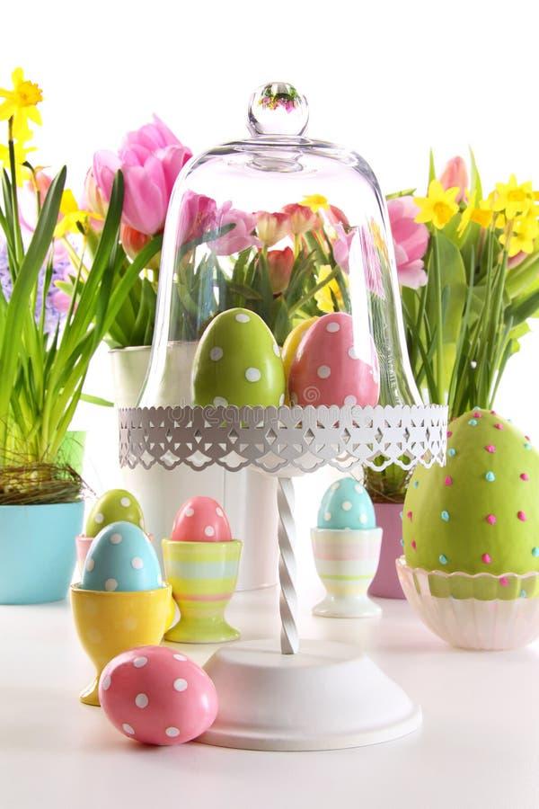 Tavola festiva di festa con i fiori freschi e le uova di Pasqua immagine stock