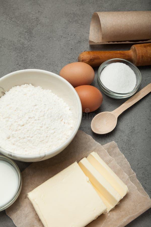Tavola grigia della cucina con gli utensili e gli ingredienti per cuocere immagine stock libera da diritti
