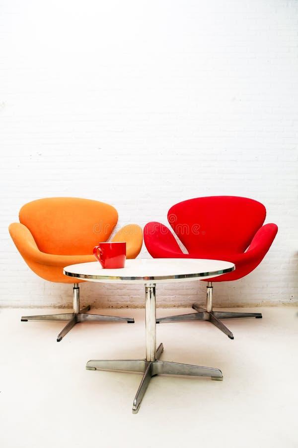 Tavola interna moderna con la tazza di caffè e due sedie fotografia stock libera da diritti