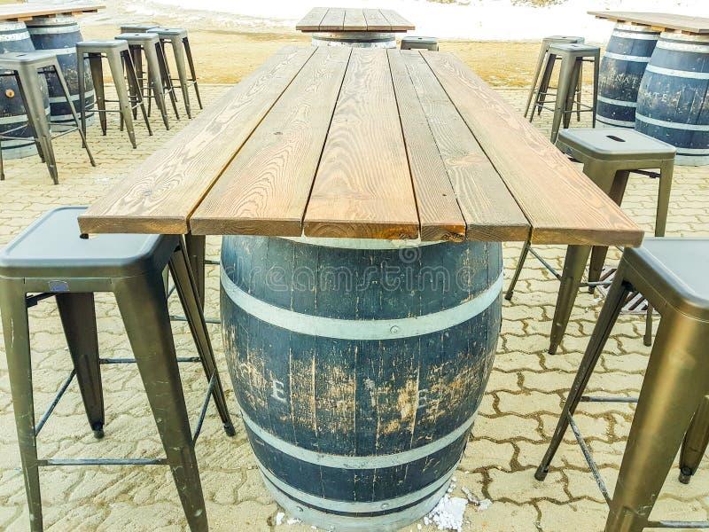 Tavola isolata di legno del cubo della birra con i panchetti immagini stock libere da diritti