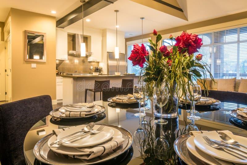 Pranzare la tavola rotonda della stanza moderna immagine for Stanza da pranzo moderna