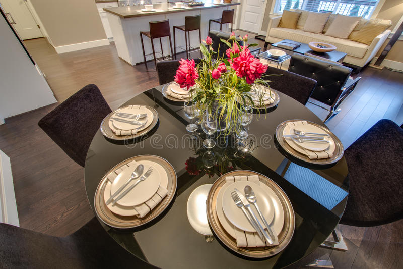 tavola moderna della sala da pranzo messa per la cena