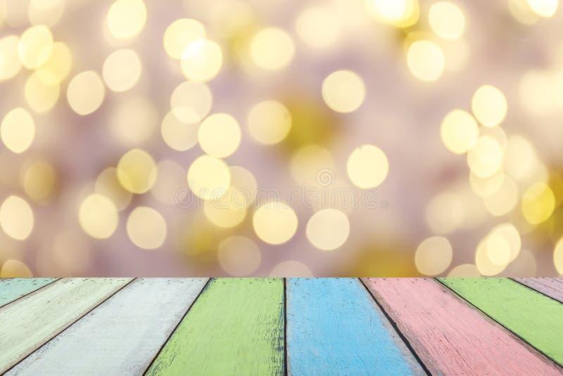 Tavola o plancia di legno dipinta vuota di colore con bokeh di luce dall'albero di natale su fondo per l'esposizione del prodotto immagini stock