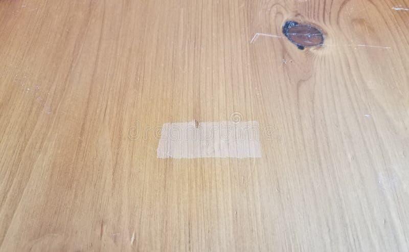 Tavola o superficie di legno di Brown con il posto in cui il nastro era stato fotografie stock