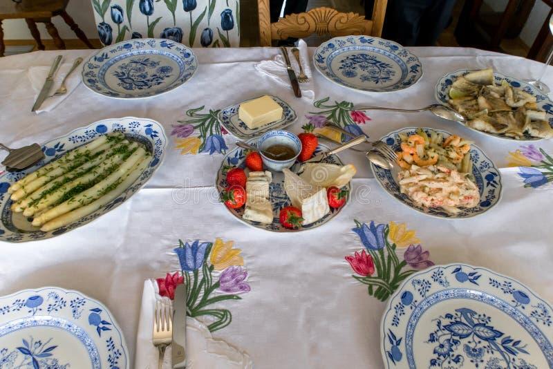 Tavola ricca tavola piacevolmente posta con alimento delizioso fotografia stock