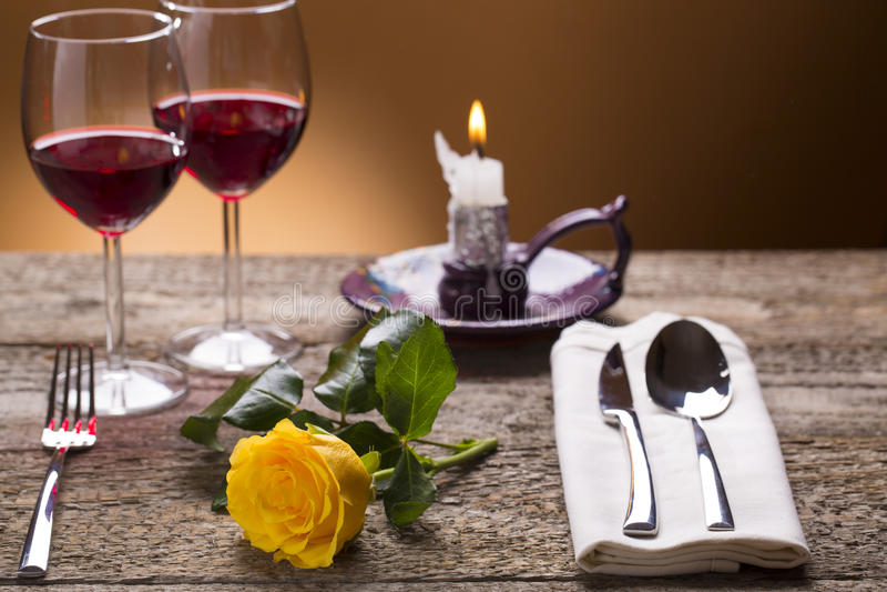 Tavola romantica dell'insieme con la luce della candela fotografia stock libera da diritti