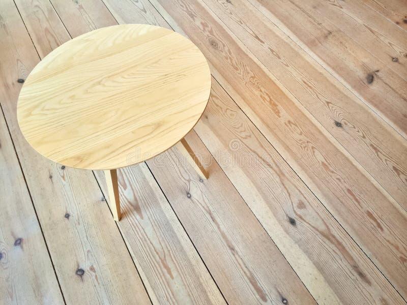 Tavola rotonda semplice sul pavimento di legno immagini stock libere da diritti