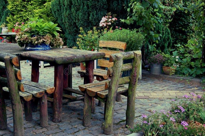 Tavola rustica del giardino fotografia stock libera da diritti