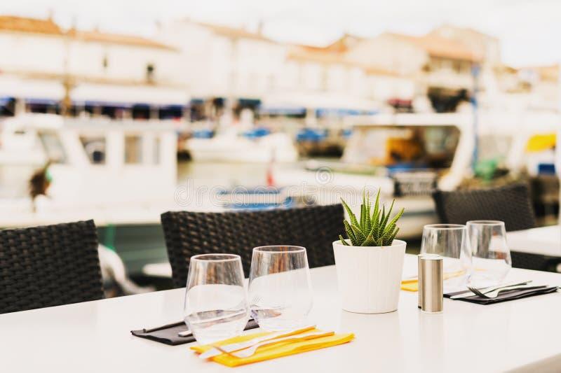 Tavola servita al terrazzo di estate fotografie stock