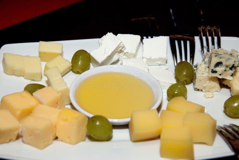 Tavola servita con il piatto dell'assortimento del formaggio fotografia stock libera da diritti