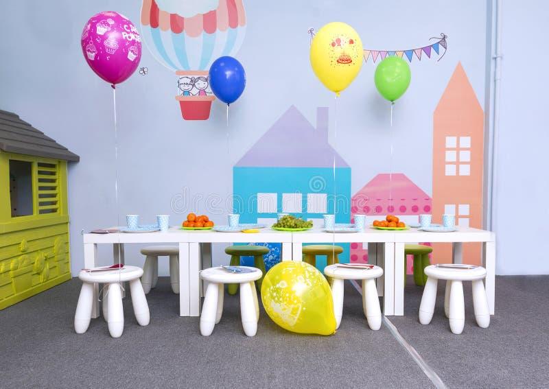 Tavola servita per il partito dei bambini, palloni, sedie fotografia stock libera da diritti