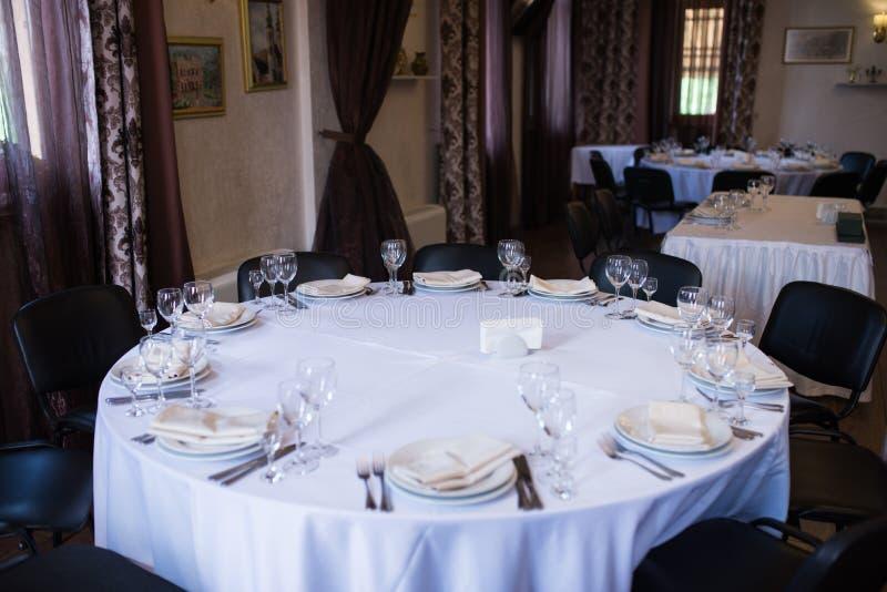 Tavola servita pranzante rotonda in ristorante immagini stock