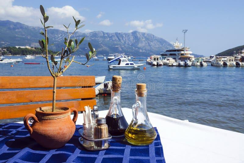Tavola servita sul ristorante di Budua, Montenegro della spiaggia del mare immagine stock