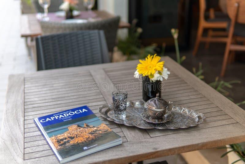 Tavola stabilita operata con i fiori fuori dell'hotel fotografia stock libera da diritti
