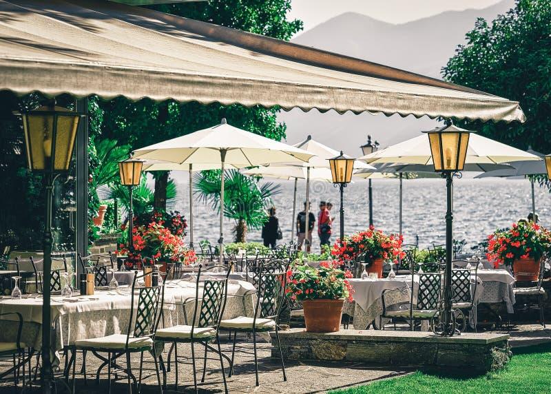 Tavola tipica del ristorante del terrazzo alla città di lusso romantica di Ascona fotografia stock libera da diritti