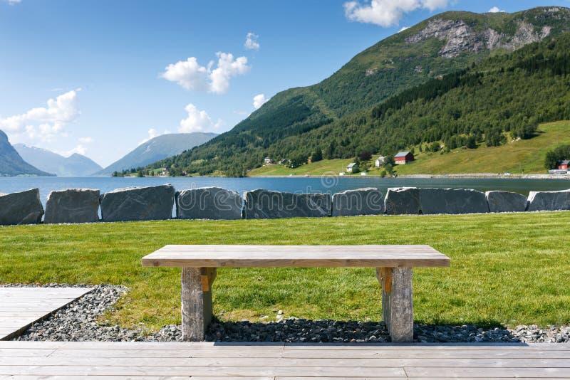 Tavola turistica alla riva del fiordo, Norvegia fotografia stock libera da diritti