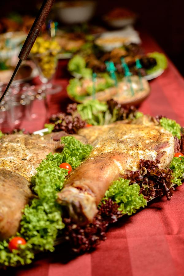 Tavola ucraina del cosacco in samovar e cottura sulle nozze fotografia stock