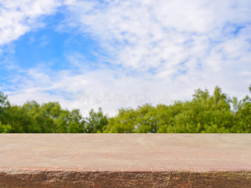 Tavola vuota del bordo di pietra davanti a fondo vago Perspect immagini stock libere da diritti