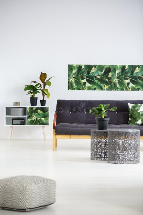 Tavole del metallo in appartamento luminoso immagini stock