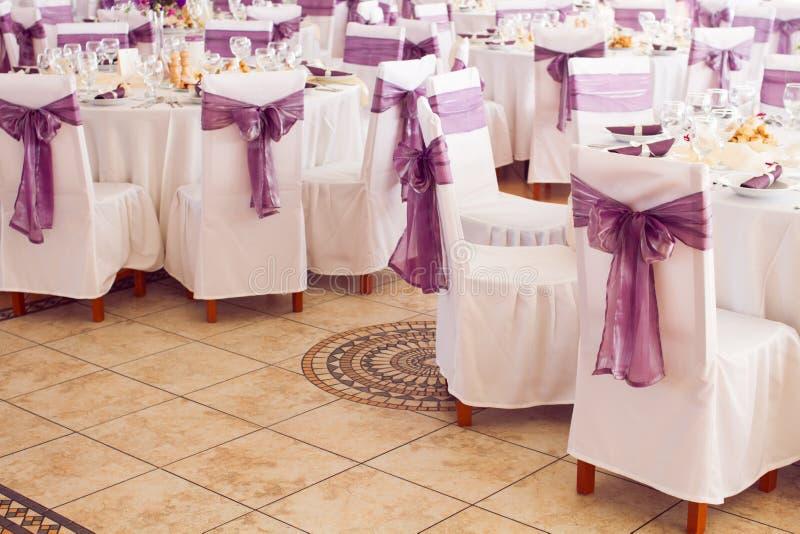 Tavole e sedie di nozze fotografia stock libera da diritti