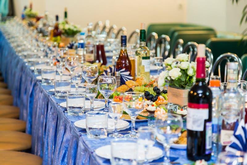 Tavole servite al banchetto Bevanda, alcool, squisitezze e spuntini approvvigionamento Un evento di ricezione fotografia stock