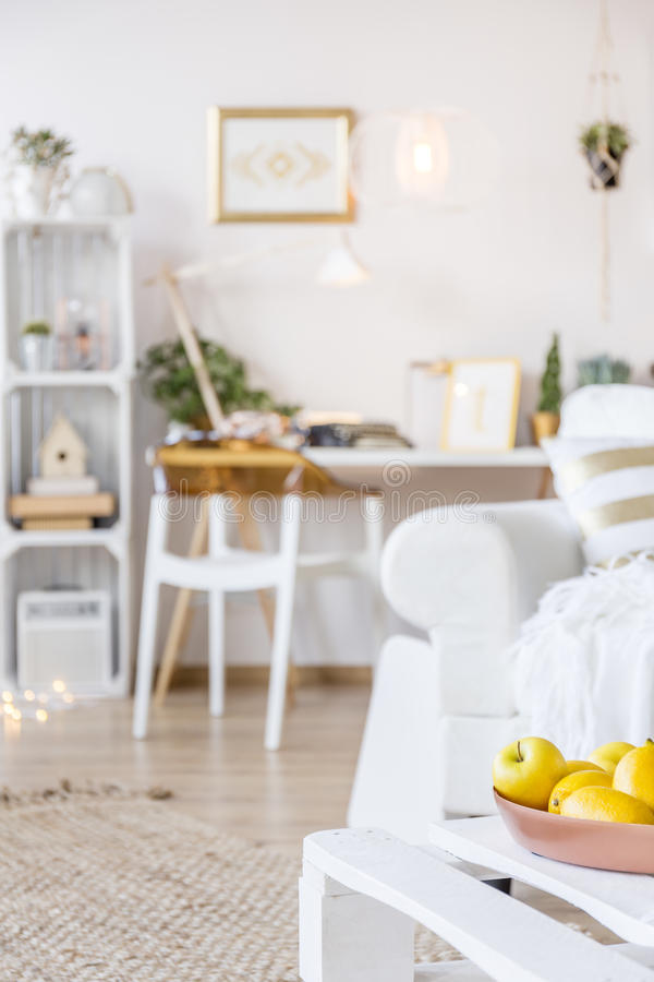 Tavolino da salotto con i frutti immagini stock