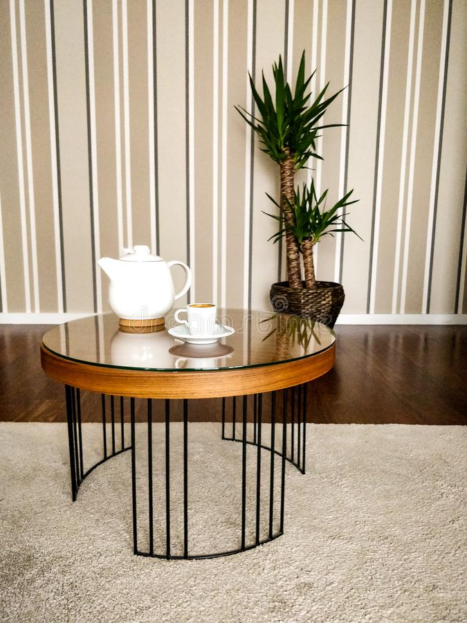 Tavolino da salotto con la tazza di tè e la teiera, con fondo e la pianta di legno, tronco del Brasile fotografia stock