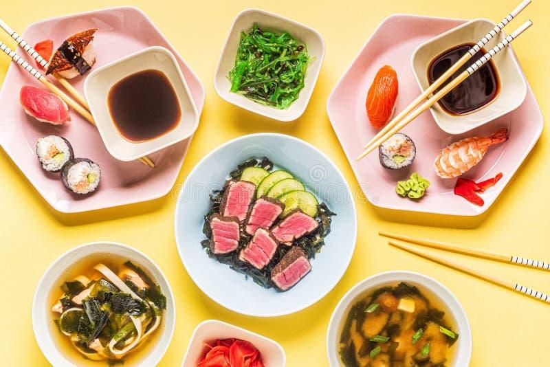 Tavolo con cibo giapponese tradizionale immagini stock