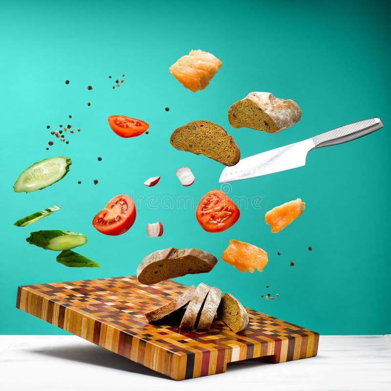 Tavolo da cucina con un bei tagliere e coltello immagine stock