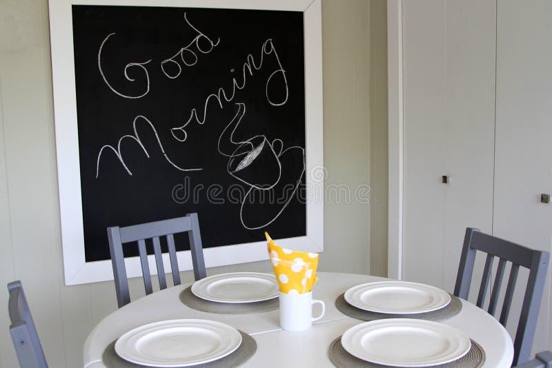 Tavolo Da Cucina, Sedie Grige E Lavagna Fotografia Stock - Immagine ...
