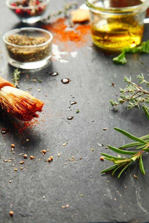 Tavolo da cucina sudicio con le erbe e le spezie fotografia stock libera da diritti