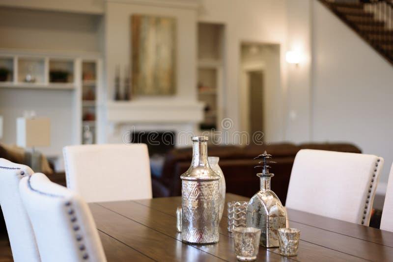 Tavolo da pranzo con il centro tavola immagini stock libere da diritti
