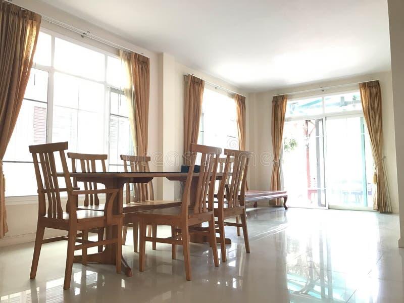 Tavolo da pranzo di legno vuoto classico nel salone marrone della tenda fotografia stock