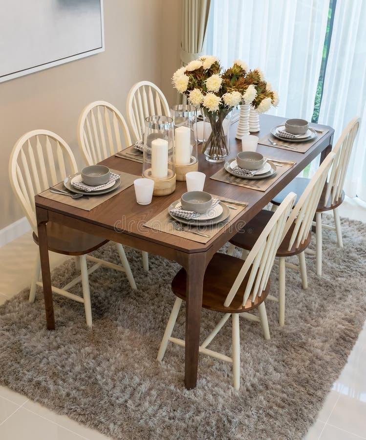 Tavolo da pranzo e sedie nella casa moderna con elegante for Sedie da casa