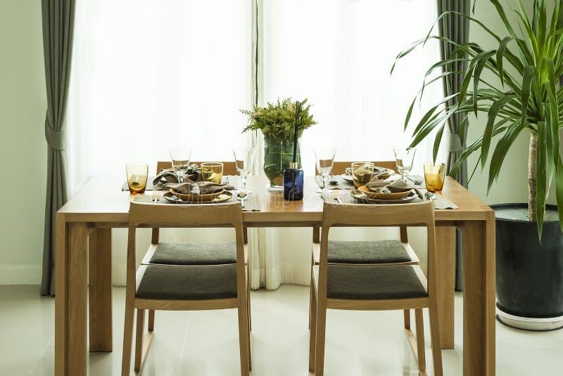 Tavolo da pranzo e sedie nella casa moderna con elegante for Download gratuito di piani casa moderna