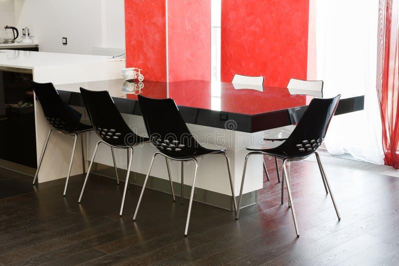 Tavolo Da Pranzo Moderno Nella Sala Da Pranzo O In Cucina Immagine ...