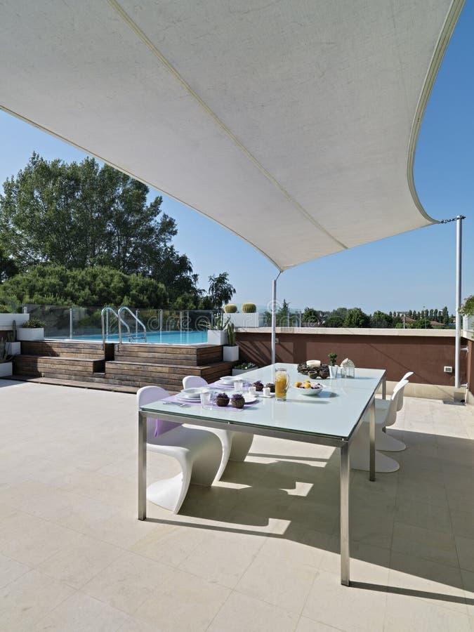 Tavolo da pranzo moderno in terrazzo immagini stock libere - Tavolo da terrazzo ...